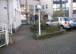Fußweg auf dem Parkdeck vor Umbau zur Krankenwagenzufahrt