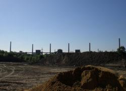 Abschieben des Oberbodens vor der Kulisse der Zeche Zollverein
